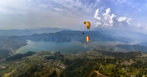 https://upload.wikimedia.org/wikipedia/commons/0/0f/Flying_above_Phewa_Lake.jpg