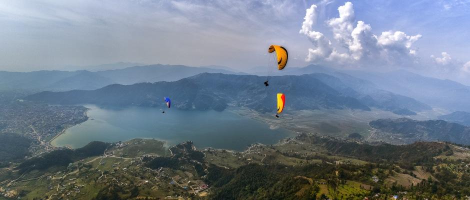 https://upload.wikimedia.org/wikipedia/commons/0/0f/Flying_above_Phewa_Lake.jpg